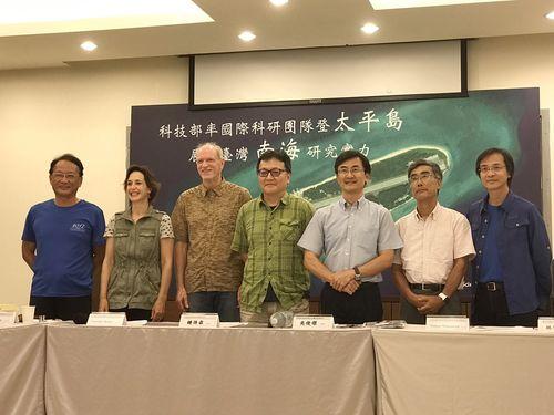 海外の専門家たちと会見に臨む呉俊傑氏(右から3人目)