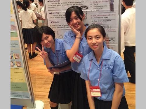 左から林芝韻さん、簡ヨショウさん、尤辰ウンさん=蘭陽女子高校提供