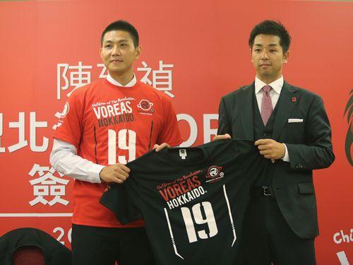 左から陳建禎選手、池田憲士郎ゼネラルマネージャー