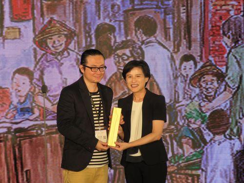 左から阮光民氏、鄭麗君文化部長(文化相)