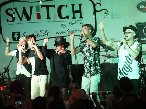 音楽イベント「台湾之夜」にシークレットゲストとして登場するビビアン・スー(右から3人目)