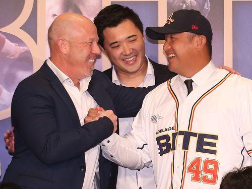 張泰山選手(右)とアデレードのゼネラルマネージャー、ネイサン・デビッドソン氏(左)