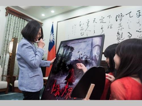 蔡英文総統(左)と「紅衣小女孩2」に出演する子役たち=総統府提供