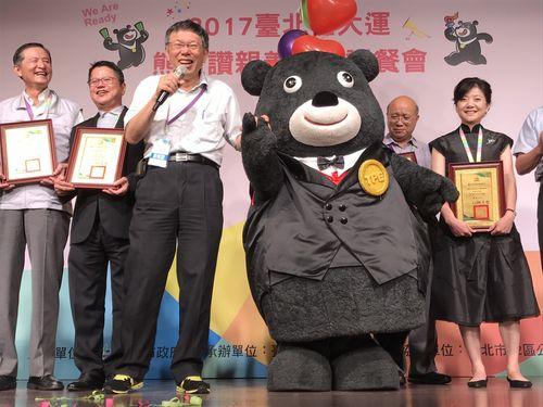 手前右から熊讃Bravo、台北市の柯文哲市長