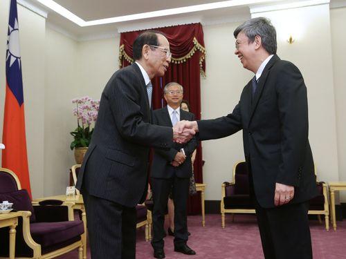 手前左から日本台湾交流協会の大橋光夫会長、陳建仁副総統=総統府提供
