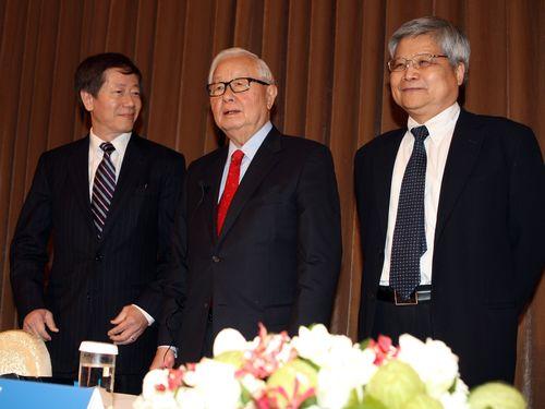 左から劉徳音氏、張忠謀氏、魏哲家氏