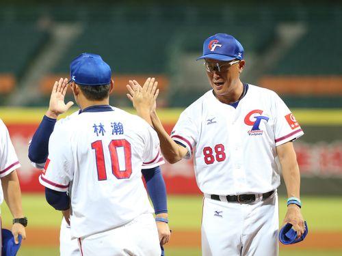 試合後、選手たちとハイタッチをする郭李建夫監督(右)