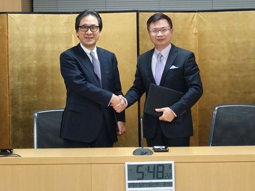 握手を交わすTAITRAの黄志芳董事長(右)とジェトロの石毛博行理事長(左)