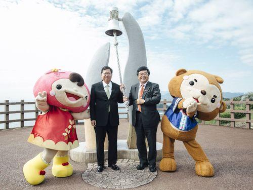 細島港を訪れる鄭文燦桃園市長(左から2人目)。左はY桃、右は園哥=桃園市政府提供