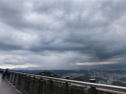 国慶節連休2日目  台北や東部で雷雨やにわか雨/台湾