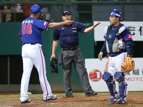 審判の二塁への牽制球判定に抗議する郭李建夫監督(左)