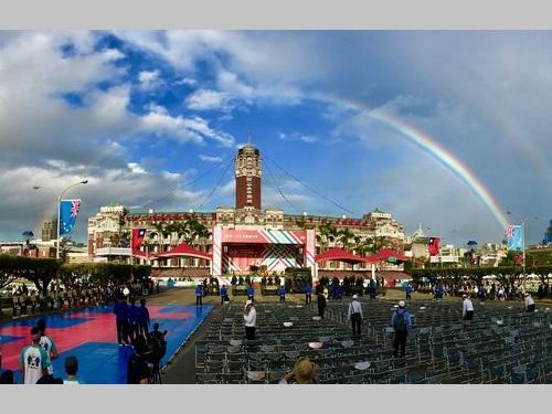 国慶節の祝賀式典  総統府に虹かかる/台湾