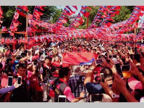 """""""国旗達人""""、自費で掲揚式典  約千人が参加/台湾"""