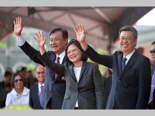 10日の国慶節祝賀式典で観客席に手を振る(手前左から)蘇嘉全立法院長、蔡英文総統、陳建仁副総統