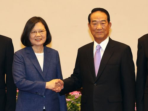 12日の記者会見で握手を交わす蔡英文総統(左)と宋楚瑜・親民党主席(右)