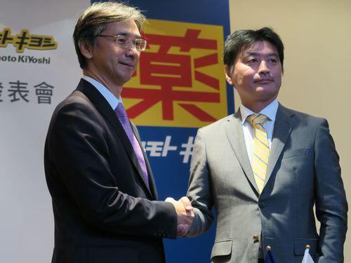 左から台隆工業の黄教ショウ董事長、マツモトキヨシHDの松本清雄社長