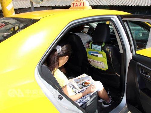 タクシーが移動図書館に 乗客にスキマ時間の楽しみを提供/台湾・新北