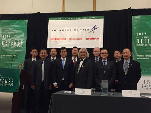 覚書の締結式に出席する台湾国防産業発展協会の韓会長(前列右から3人目)と米台商業協会のチェインバース会長(同2人目)