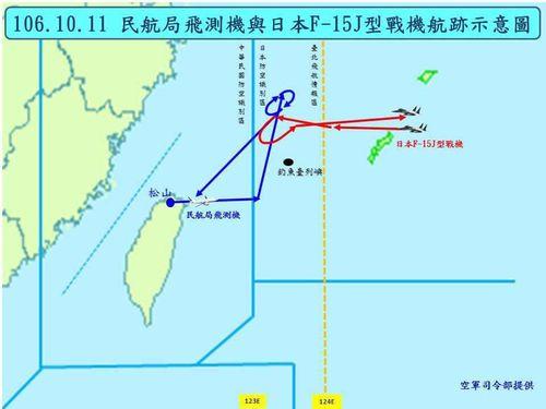 台湾の飛行検査機の経路(青い線)と自衛隊機の経路(赤い線)=空軍司令部提供