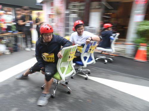家具街で事務椅子レース  台北市長の遅さに会場から笑い/台湾