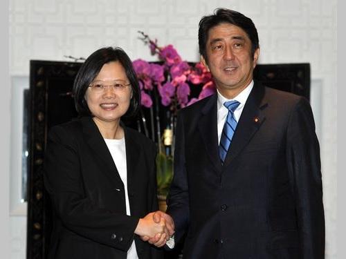 安倍晋三氏(右)と握手を交わす蔡英文氏(左)=2011年9月台北で撮影