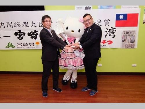 台湾で宮崎牛のおいしさをアピールする郡司行敏副知事(左)