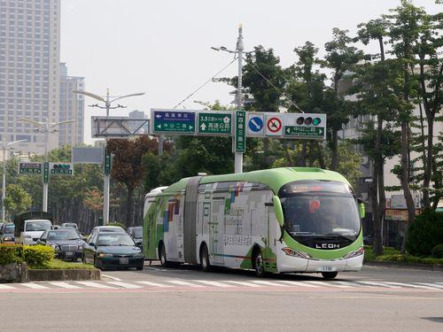 台湾初の電気連節バス、高雄で試乗開始  本格導入も検討