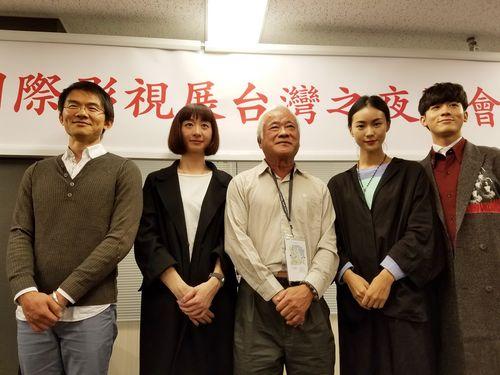 ワン・ワンロー監督(左から2人目)