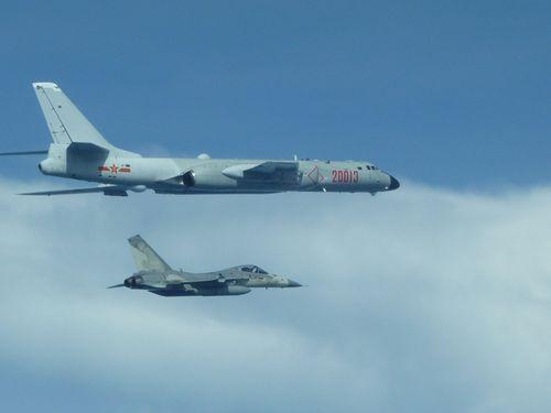資料写真=中国大陸の爆撃機H6(手前)の行動を監視する台湾の主力戦闘機「経国号」(奥)国防部提供