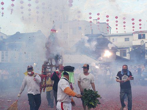 改名100周年を祝って行われる爆竹祭り「炸寒単」の模様