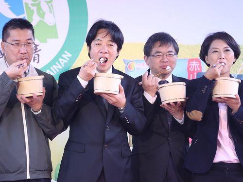 台南産コシヒカリをPRする頼清徳行政院長(左から2人目)