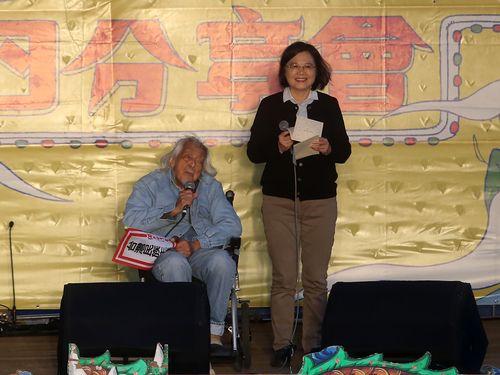 史明氏(左)を祝福する蔡英文総統(右)