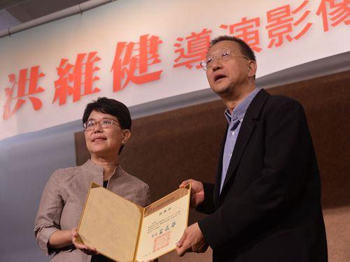 7日の記者会見に出席する(左から)国立台湾歴史博物館の王長華館長、洪維健監督