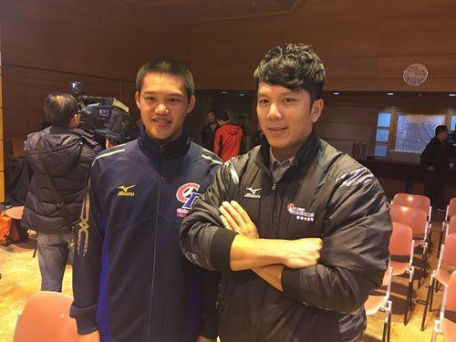 周思斉選手(右)との対面を喜ぶ邱智コンさん(左)