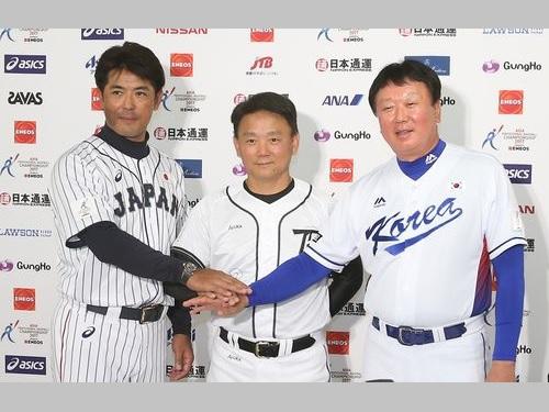 記者会見に臨む(左から)稲葉篤紀監督、洪一中監督、宣銅烈監督