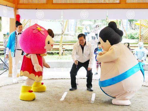台湾と日本のマスコットキャラが相撲  復元された日本時代の土俵で