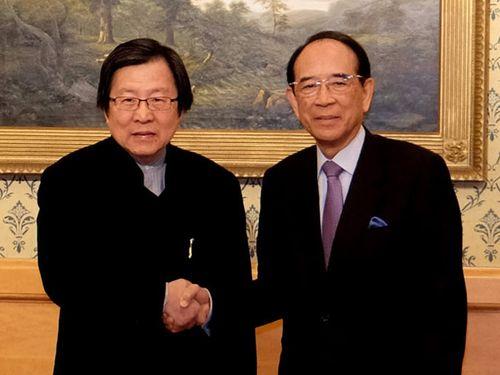握手を交わす日本台湾交流協会の大橋光夫会長(右)と台湾日本関係協会の邱義仁会長(左)