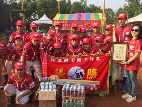 3年ぶり2度目の優勝に輝く亀山小学校の選手ら