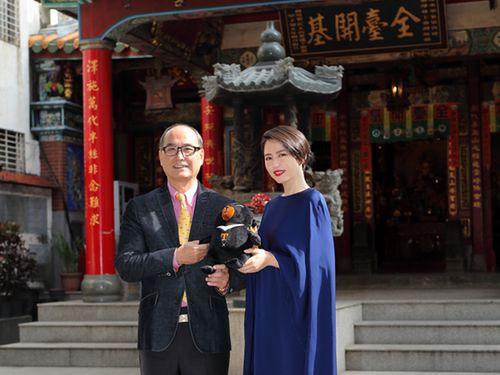 交通部観光局の林坤源主任秘書(左)から同局PRキャラクター「オーション」の縫いぐるみを贈られる長澤まさみさん(右)=交通部観光局HPより