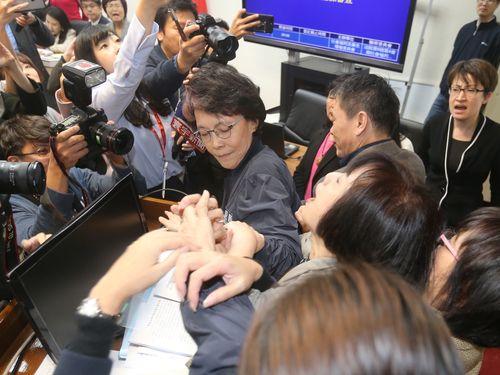 労基法再改正に反対  労働者団体が立法院前で抗議活動/台湾