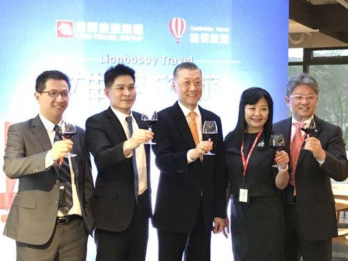 新会社設立を喜ぶ(左2から)ライオントラベルの游国珍社長、王文傑会長、ボビー旅行社の戴啓コウ会長