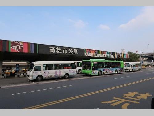 高雄駅前のバスターミナル