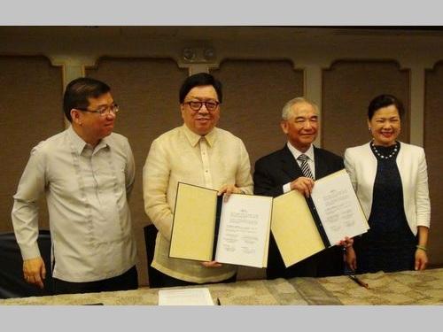 取り決めを交わす駐フィリピン代表処の林代表(右から2人目)とマニラ経済文化弁事処のバナヨ代表(左から2人目)