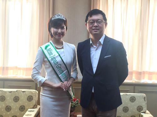 野中葵さん(左)の訪問を受ける農業委員会の李退之副主任委員