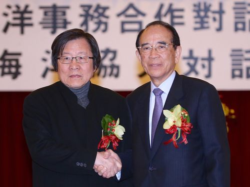 握手を交わす台湾日本関係協会の邱義仁会長(左)と日本台湾交流協会の大橋光夫会長