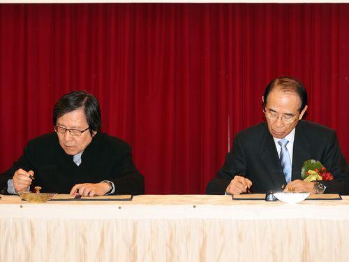 左から台湾日本関係協会の邱義仁会長と日本台湾交流協会の大橋光夫会長