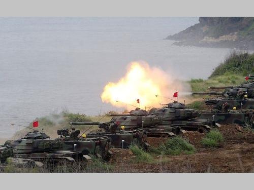 人民解放軍の上陸を想定した国軍の演習の模様=今年5月25日、離島・澎湖で撮影