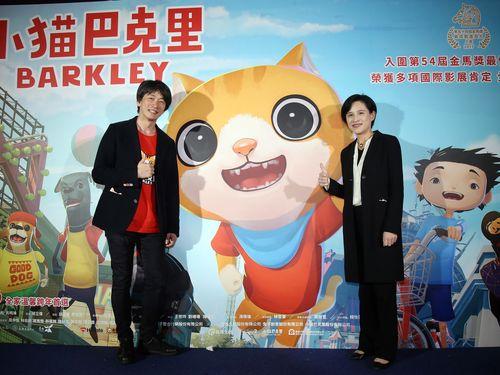 チウ・リーウェイ監督(左)と鄭麗君文化部長