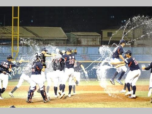 優勝を決めて水を掛け合う平鎮高の球児たち