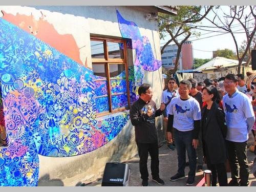 「海湾絵本館」の開館式に出席し、関係者から説明を受ける鄭麗君文化部長(手前右から2人目)